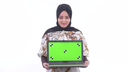головной платок : Happy young African Muslim woman thinking while showing laptop