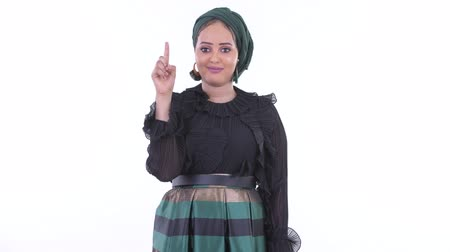 lembrete : Happy young African Muslim woman pointing up