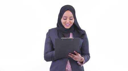 головной платок : Happy young African Muslim businesswoman talking while reading on clipboard