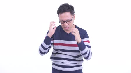 slecht nieuws : Stressed Japanese hipster man getting bad news Stockvideo