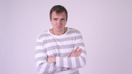 gritante : Young angry man doing various gestures while looking furious Vídeos