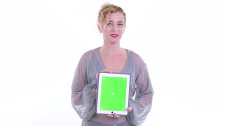 середине взрослых : Happy beautiful blonde woman talking while showing digital tablet