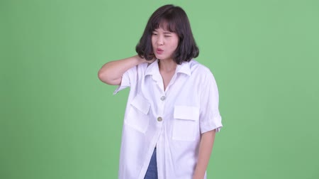 souffrir : Stressed Asian businesswoman having neck pain