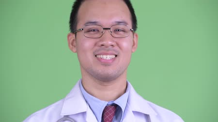 goedkeuring : Face of happy Asian man doctor nodding head yes