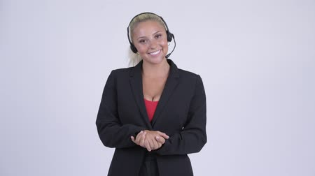 representante : Young happy blonde businesswoman as call center representative talking
