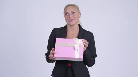 travessura : Young blonde businesswoman opening empty gift box as prank