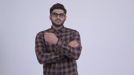 armen over elkaar : Young bearded Indian hipster man with arms crossed
