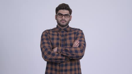 armen over elkaar : Happy young bearded Indian hipster man with arms crossed