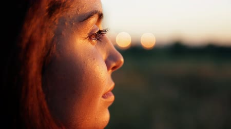 destino : Young charming woman thoughtfully looking at the sunset. Vídeos