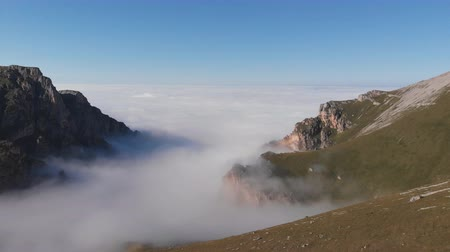 дымный : Aerial view of fog in the mountain gorge. Стоковые видеозаписи