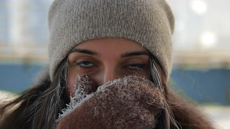 mladé ženy : Close-up of the frozen womans face.
