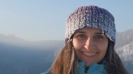 иней : Portrait of a young happy woman in the mountains. Стоковые видеозаписи