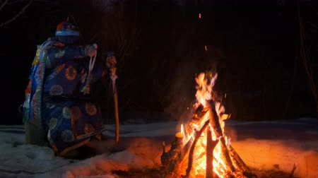 культ : The shaman performs a ritual near a bonfire in the night