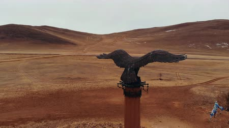 óriás : Aerial shot of a bronze monument eagle. Stock mozgókép