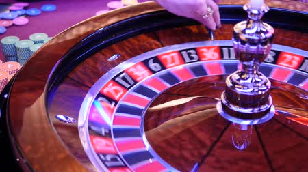 рулетка : Girl Stickman Launches The Ball In The Roulette Roulette Wheel Стоковые видеозаписи