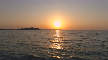 refletindo : Scenic Landscape Of Sunrise From The Sea. Sun coming up above sea horizon