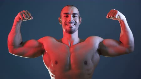 cabeça e ombros : Positive sporty man showing muscular body, flexing arms, chest and shoulders
