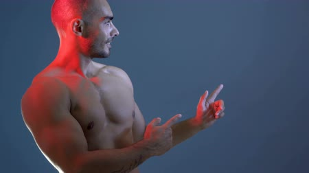 břišní : Strong Athletic Man On Blue Background