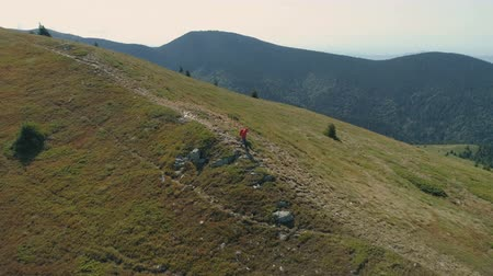 преуспевать : Lonely hiker walking on mountain trail. Trekking adventure concept, survival concept