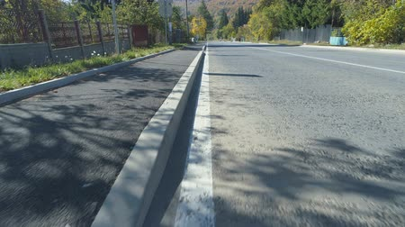 búlgaro : Following white line marking trial at countryside road in Bulgarian Village