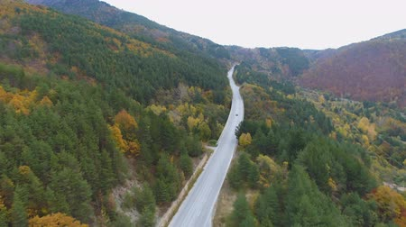 traço : Cars driving on asphalt road highway in the mountains. Drone view Vídeos