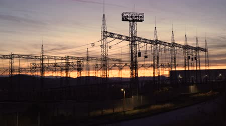 voltů : Silhouette High voltage electric towers at sunset time. High-voltage power lines. Electricity distribution station