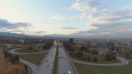 visão global : Aerial view of cars driving on highway and ringroad at the city entrance to Sofia, in Boyana Stock Footage