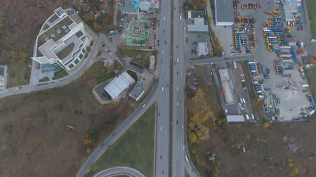 мостовая : Top view of city entrance, cars driving on bypass road. Full parking lot at the side