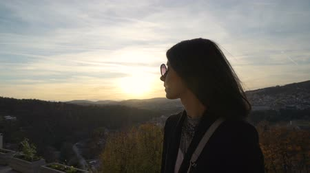 příloha : Beautiful girl stares at sunset clouds over scenic hills in Veliko Tarnovo, Bulgaria
