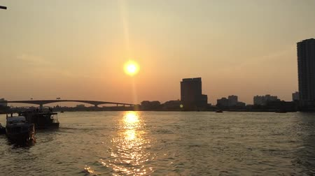 cena urbana : View of Chao Phraya River From Asiatique The Riverfront In Bangkok , Thailand. Stock Footage