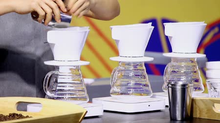 grãos de café : Footage showcase Drip coffee maker and Barista add ground coffee with filter on cup.