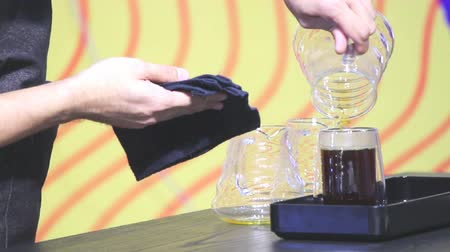 grãos de café : Footage showcase Drip coffee maker and Barista add ready Drip coffee to drink in cup.
