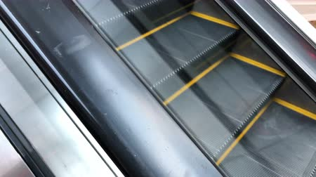 klatka schodowa : Moving escalator in shopping mall.