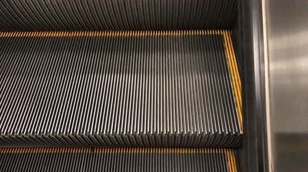corrimão : Moving escalator in shopping mall.