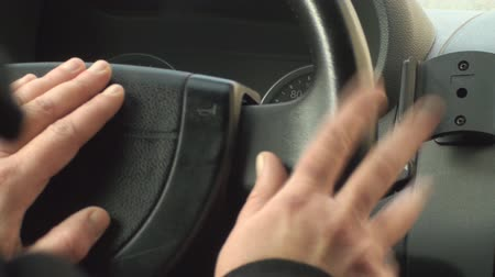 aguardando : Woman Taps Hers Fingers As She Waits in Traffic
