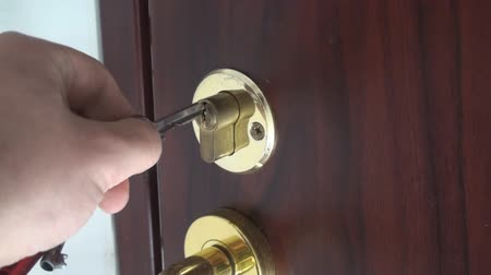тянущий : Unlocking Door With A Key Medium-Shot Стоковые видеозаписи