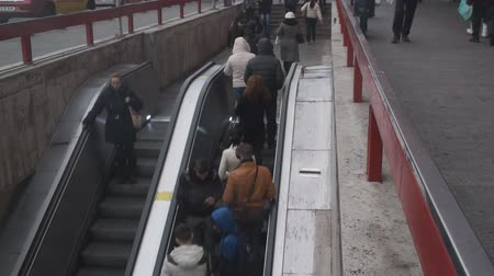 gyalogút : Conveyor Belt With People On A Friday Morning