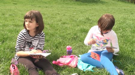 juventude : Two Beautiful Little Girls Sitting On Green Grass And Talking To Each Other, Fun, Spring, Youth