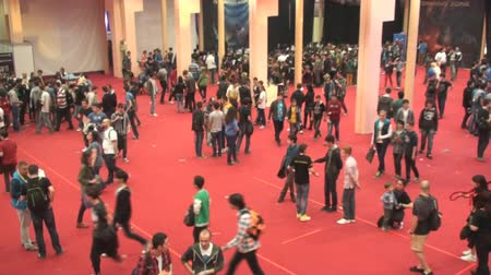 evento social : Bucarest, el 10 de mayo, East European Comic Con, gente en la sala principal vista aérea Archivo de Video