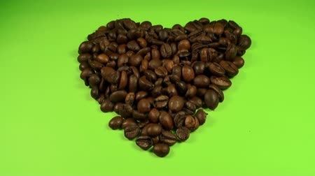 pausa : Heart Shape Made Out Of Coffee Beans On A Green Screen, Chroma, Key, Tilt Shot Vídeos