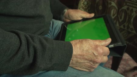 cidadão idoso : 80 Year Old Man Learning To Use A Tablet PC, With Green Screen, Hand Detail