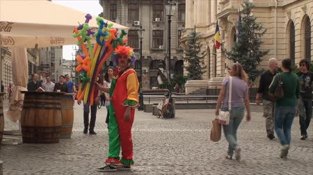 tradicional : Clown Selling Balloons In A Busy Street, Crowded, People, Fun