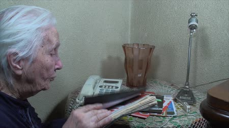 adresář : 98 Years Old Woman, Going Through Address Book, Communication, Elderly, Phone