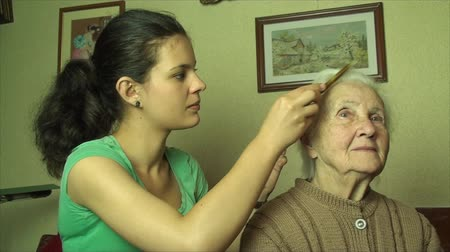 omuzlar : Grand Grand Daughter Combing Her 98 Years Old Grand Grand Mother Hair, Pan Stok Video