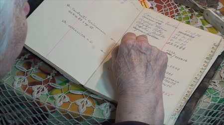 adresář : 98 Years Old Woman Searching For Phone Numbers, In Address Book, Hand Detail Pan Dostupné videozáznamy