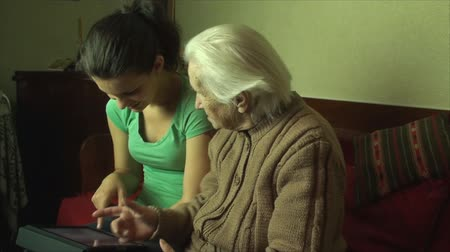 gerações : 98 Years Old Woman With Her Grand Grand Daughter Looking At A Tablet PC,Side Pan Vídeos