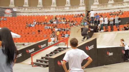 façanha : Skate Roller Performing In Extreme Sports Contest, Ramp, Speed, Follow Shot Vídeos