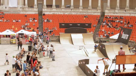 façanha : Skate Rollers Preparing For Extreme Sports Contest, Warm Up, High Angle Pan