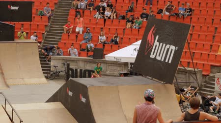 façanha : Skate Roller Performing In Extreme Sports Contest, Ramp, Speed, High Angle Shot Vídeos