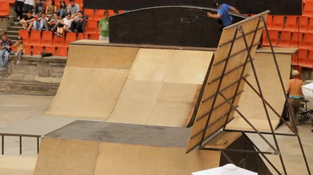 façanha : Skate Roller Performing In Extreme Sports Contest, Ramp, Speed, High Angle Long Vídeos